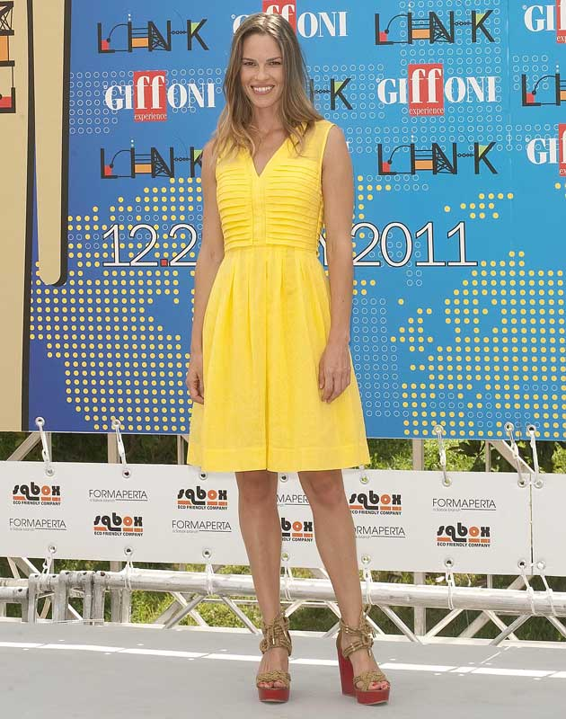 Hilary Swank in Tory Burch 'Tarlen' rope wedges