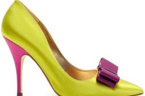Yellow court shoes with pointed toe and purple bow