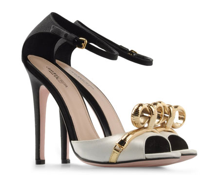 http://www.shoeperwoman.com/wp-content/uploads/2012/03/shoes-with-gold-bows.jpg