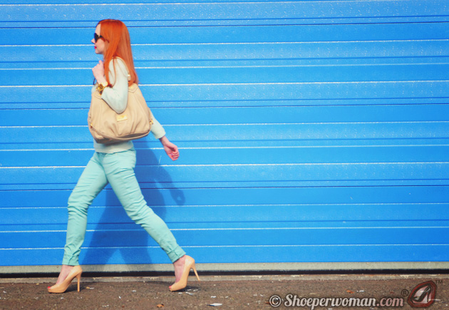 Shoeperwoman in mint jeans and peep toes