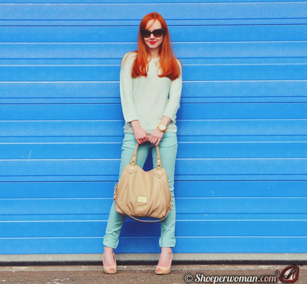 Shoeperwoman in mint jeans