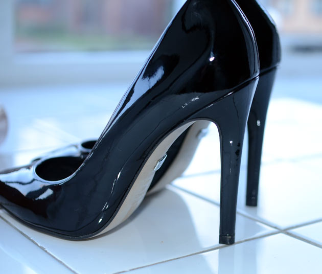 Buffalo 'Beyza' pointed court shoes in black patent