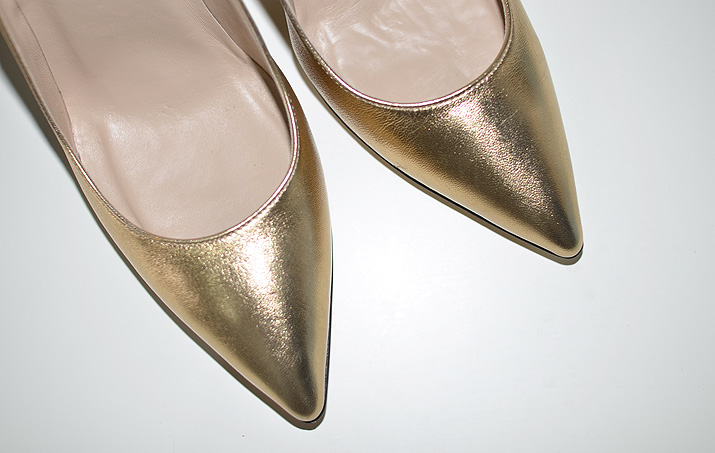 gold pointed pumps