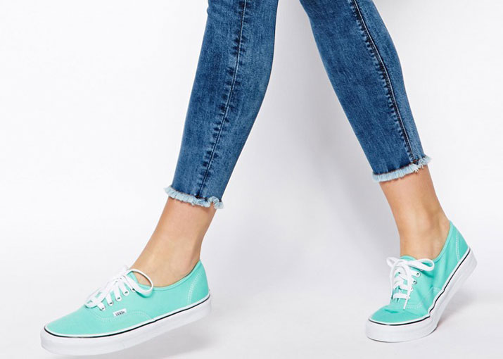 sneakers with skinny jeans